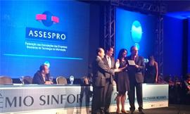 Jeovani Salomão (Presidente da ASSESPRO Nacional) e Flávia Malkine (diretora executiva do WCIT) recebem prêmio pela captação do evento que ocorrerá em Brasília